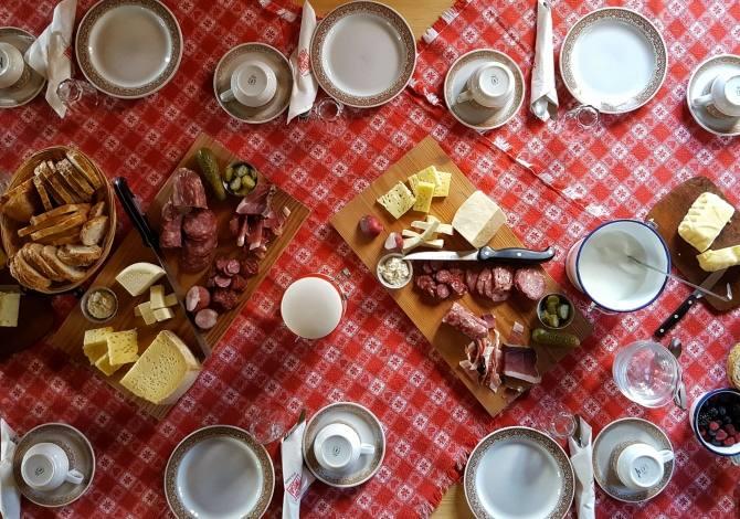 Frühstück in der Hütte des Hotels Olympic
