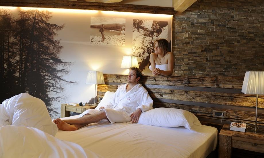Rilassarsi nel letto matrimoniale