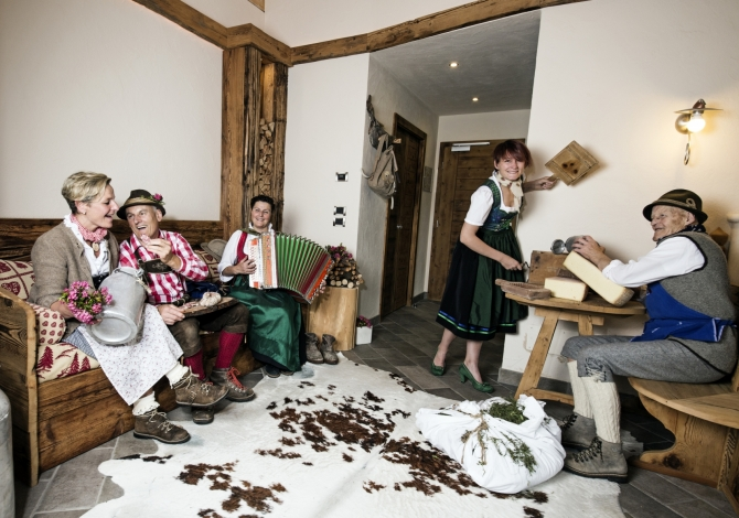 Familie Pellegrin in Tracht